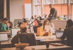 Mitarbeiter beim ausfüllen eines Online Berfragungstool für die Mitarbeiterzufriedenheit